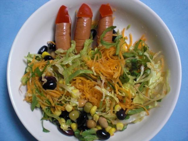 ハロウィンのレシピ!魔女の指入りサラダ